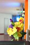 Декоративный букет желтых и фиолетовых искусственных цветков Стоковые Изображения
