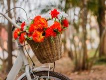 Декоративный велосипед с искусственными цветками стоковые изображения
