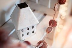 Декоративный дом ` s Нового Года сделанный из металла Стоковые Изображения