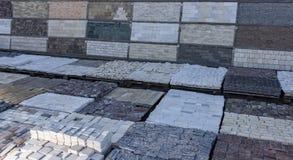 Декоративный камень здания на паллете можно использовать для рекламировать Стоковое Изображение
