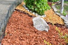 Декоративный камень сада утеса с покрашенной древесиной Стоковая Фотография