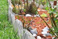 Декоративный камень сада утеса с покрашенной древесиной Стоковые Фотографии RF