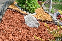 Декоративный камень сада утеса с покрашенной древесиной Стоковое Изображение