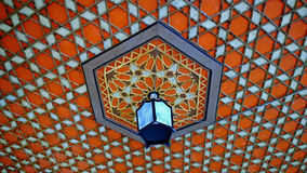 Декоративный картин-орнамент на потолке и лампа в дворце ` s Khan в Bakhchisarai Стоковое Изображение