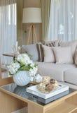 Декоративный комплект на деревянном столе в современном интерьере живущей комнаты Стоковая Фотография RF