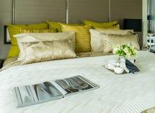 Декоративный комплект на кровати Стоковая Фотография RF
