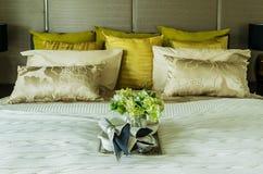 Декоративный комплект на роскошной кровати Стоковое Изображение