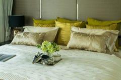 Декоративный комплект на роскошной кровати Стоковые Изображения RF