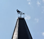 Декоративный кот лопасти погоды a и мышь на шипе башни против неба Стоковое Изображение RF