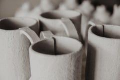 Декоративный крупный план чашек глины с мелким DOF стоковые изображения