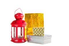 Декоративный пакет фонарика, подарочной коробки и золота на белом backgroun Стоковая Фотография