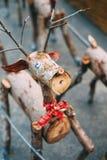 Декоративный северный олень Санты сделанный деревянных журналов и ветвей Принципиальная схема рождества Стоковые Изображения RF