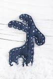 Декоративный северный олень рождества на снеге Стоковое фото RF