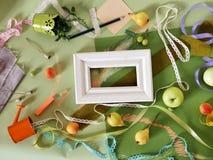 Декоративный состав осени плодоовощей, оформления, зеленых цветов и рамки Стоковая Фотография