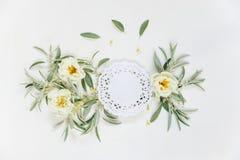 Декоративный состав с салфеткой шнурка бумажной и розовыми цветками Стоковые Фото
