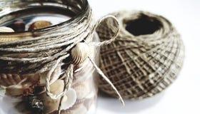 Декоративный стеклянный опарник с seashells и строкой пеньки Стоковые Изображения RF