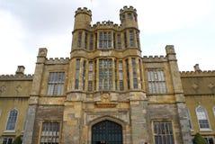 Декоративный фасад с castellated башенками и скульптурами Стоковое фото RF