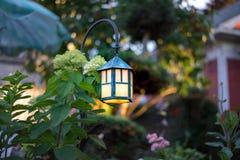 Декоративный фонарик сада с янтарным заревом Стоковое фото RF