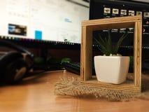 Декоративный цветочный горшок на таблице с запачканной предпосылкой стоковое изображение rf