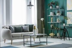 Декоративный яркий интерьер живущей комнаты Стоковое фото RF