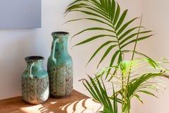 2 декоративных вазы на деревянном столе Стоковое Изображение RF