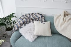 2 декоративных подушки и покрывала лежат на голубой софе дом стоковые фотографии rf