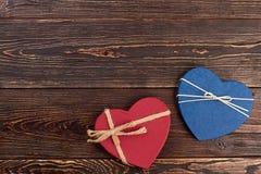 2 декоративных сердца на деревянной предпосылке Стоковые Фото