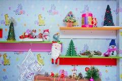 Декор Новый Год Игрушки Нового Года на полке стоковое фото rf
