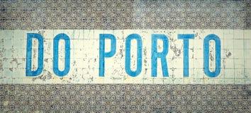 ` Делает  Porto†написанное в традиционных португальских старых плитках в городе Порту, Португалии Стоковые Фото