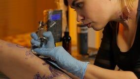 Делает красивую татуировку в студии сток-видео