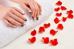 Деланные маникюр руки на белом полотенце Стоковое Изображение RF