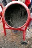 Делать бетон в смесителе на строительной площадке стоковые фото