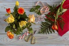 Делать букеты роз и тюльпанов на праздники стоковые фотографии rf