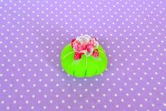 Делать валик штыря войлока Как сделать валик штыря войлока, step-by-step Простой шить для детей Проекты руки шить для beginners Стоковые Фото