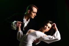 Делать ваш флаттер сердца поступок человека и женщины пантомимы в романтичной сцене Пары художников пантомимы выполняют романс на стоковые изображения