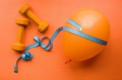 Делать гантели спорт оранжевые и шарик стоковые изображения rf