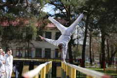 делать гимнастику стоковые фото