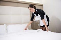 делать горничной кровати стоковое фото rf