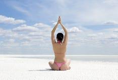 делать детенышей йоги женщины тренировки outdoors стоковое изображение rf