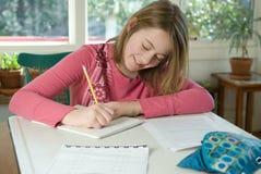 делать домашнюю работу девушки Стоковые Изображения