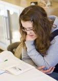 делать домашнюю работу девушки стоковое изображение