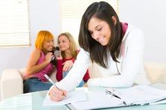 делать домашнюю работу девушки Стоковые Фотографии RF
