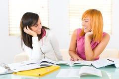 делать домашнюю работу девушок счастливую стоковое изображение rf