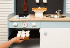 Делать домодельные десерты в кухне игрушки Меренги в плите и Стоковое Изображение RF