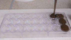 Делать домодельные помадки пралине, лить шоколад в формах акции видеоматериалы