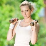 делать женщину тренировки гантели напольную Стоковое Изображение