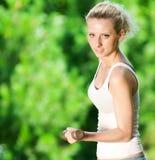 делать женщину тренировки гантели напольную Стоковые Фото