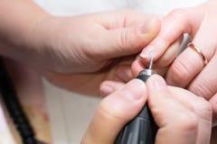 делать женщину manicure процесс создания конца-вверх рук маникюра позаботьте ноготь ногтя хлопка извлекая политуру пробирки стоковые изображения rf
