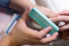 делать женщину manicure процесс создания конца-вверх рук маникюра позаботьте ноготь ногтя хлопка извлекая политуру пробирки стоковые фотографии rf