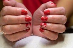 делать женщину manicure процесс создания конца-вверх рук маникюра позаботьте ноготь ногтя хлопка извлекая политуру пробирки стоковое фото rf